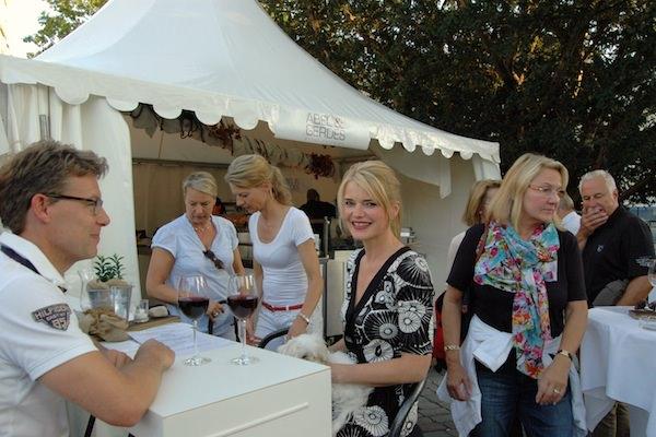 Knapp 20 geschmückte Stände rund um einen Weingarten in gemütlicher Stimmung: Das ist das Oldenburger Weinfest. Und auch beim 34. Fest sind wir – von Abel & Gerdes Catering – wieder mit von der Partie. Wir freuen uns vom 11. bis zum 14. September auf nette Gespräche bei gutem Essen auf dem Oldenburger Schlossplatz.