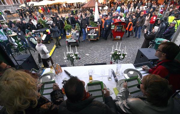 Die Grünkohlsaison wird am Sonntag, 2. November, offiziell auf dem Oldenburger Rathausmarkt eröffnet. Wir von Abel & Gerdes werden dabei sein. Im Vorfeld wird ein Bollerwagen Wettbewerb stattfinden.