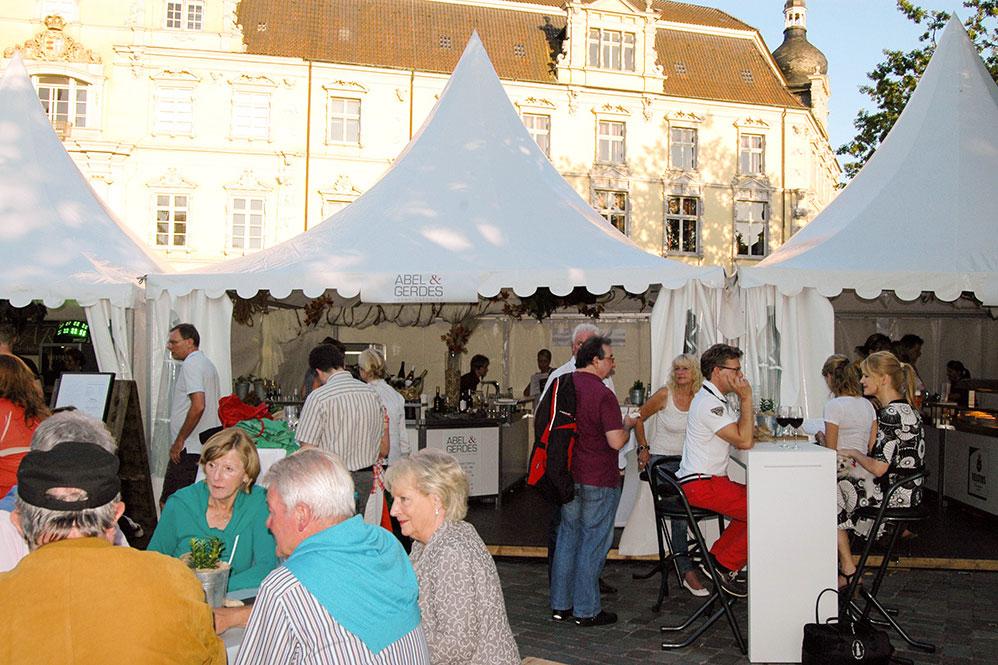Das Weinfest in Oldenburg zeichnet sich durch nette Gäste aus, die einen guten Tropfen und eine feine Speise zu schätzen wissen.
