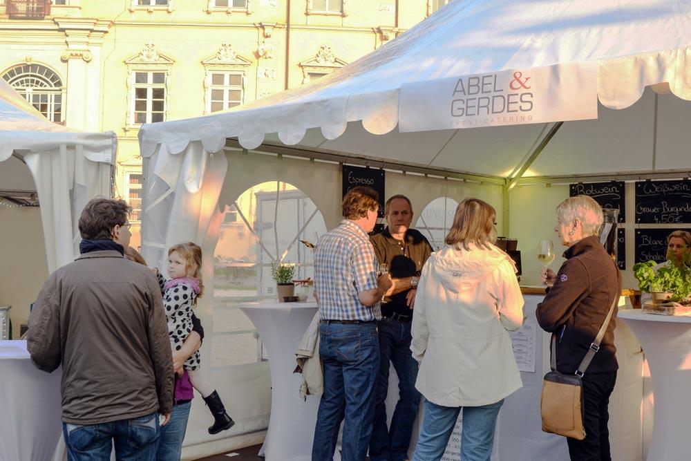 Im Mittelpunkt der Veranstaltung stehen die Verkostung und Beratung im persönlichen Gespräch mit den Winzern, die zum Teil schon seit mehr als 20 Jahren am Oldenburger Weinfest teilnehmen.